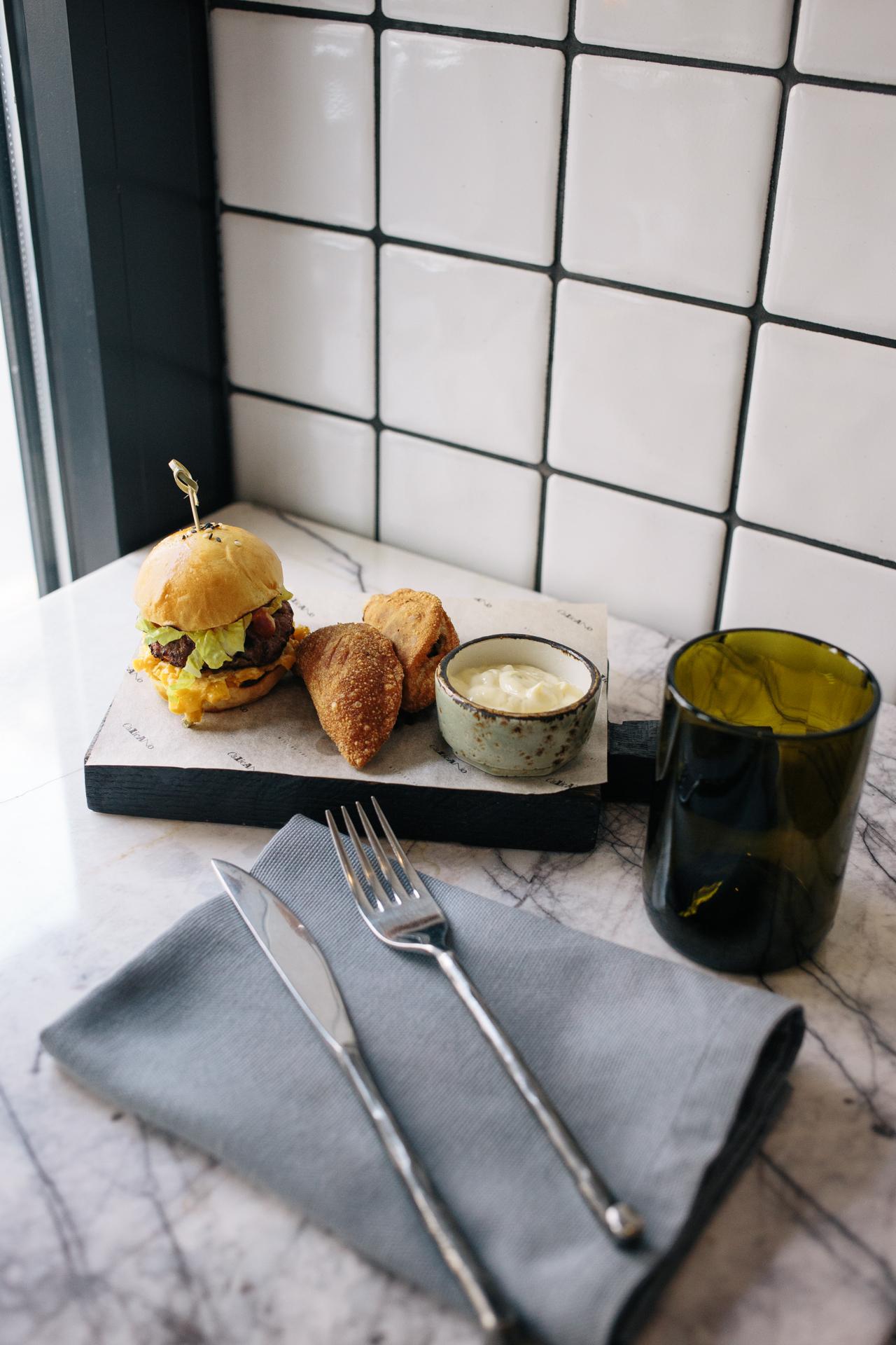 Биф-слфйдер и Эмпанада с серано айоли (Хрустящие пирожки с начинкой из острой говядины и фасоли)