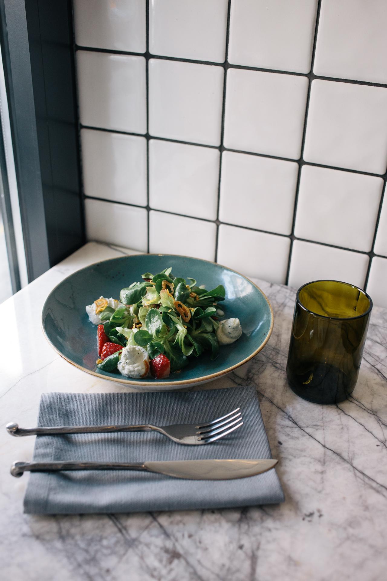 Салат с клубникой и сырным муссом (Микс салат с клубникой, белым бальзамиком и муссом из сыра фета с зеленью)